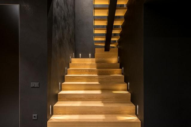 Schody drewniane – czy pasują do nowoczesnych wnętrz?
